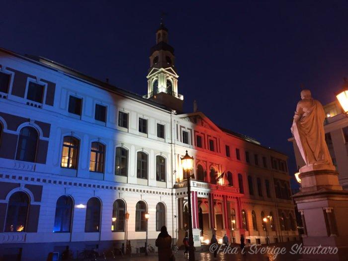 リガ市庁舎パリ追悼